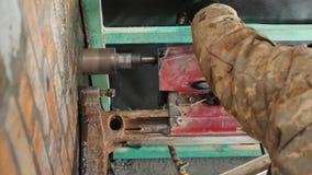 Potężny elektryczny świder musztruje ścianę z cegieł Boczny widok zdjęcie wideo