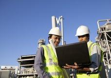Potência e energia de dois coordenadores com portátil Foto de Stock