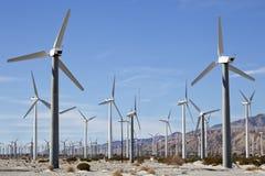 Potência que gera turbinas/moinhos de vento Fotografia de Stock
