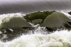 Potężna falowa hydroelektryczna władzy tama na rzecznym wontonie, France fotografia royalty free