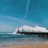 Potężna kipiel na oceanu wybrzeżu blisko latarni morskiej, porto obraz stock
