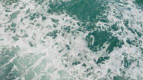 Potężne fala ciągnęli out od szybkiej poruszającej łodzi, ogromny strumień głęboka błękitne wody z biel pianą wzrasta up Obraz Stock