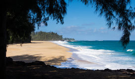 Potężne fala płyną na piasku przy Lumahai plażą, Kauai Obraz Stock