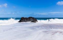 Potężne fala płyną nad skałami przy Lumahai plażą, Kauai Zdjęcie Royalty Free