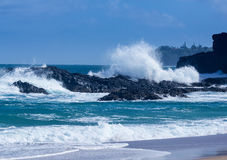 Potężne fala płyną nad skałami przy Lumahai plażą, Kauai Zdjęcia Royalty Free