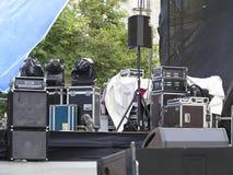 Potężnego koncerta audio mówcy, amplifikatory, światła reflektorów, scena Zdjęcie Royalty Free