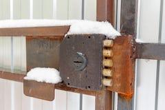 Potężnego rocznika dźwigniowy kędziorek na furty bramy zbliżeniu Zdjęcie Stock