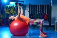 Potężny atrakcyjny mięśniowy kobiety sprawności fizycznej trener w orking out fotografia royalty free
