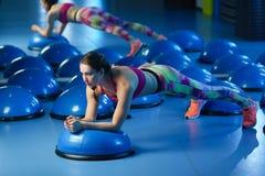 Potężny atrakcyjny mięśniowy kobiety sprawności fizycznej trener w orking out obraz stock