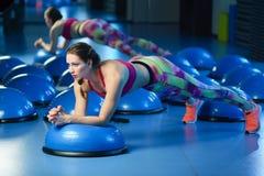 Potężny atrakcyjny mięśniowy kobiety sprawności fizycznej trener w orking out fotografia stock