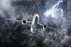 Potężny burzy uderzenie pioruna, ulewny deszcz w niebo pasażera samolocie i obrazy royalty free
