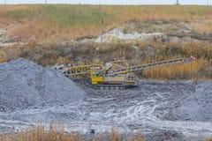 Potężny dragline ekskawator pracuje w glinianym łupie Zdjęcia Royalty Free