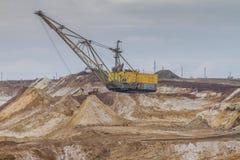 Potężny dragline ekskawator pracuje w glinianym łupie Fotografia Stock