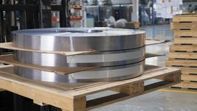 Potężny forklift odtransportowywa metal rolki oddzielać z kartonem zbiory