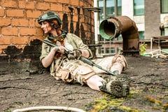 Potężny kobiety mienia pistolet Wojenny akcja filmu styl Zdjęcia Royalty Free