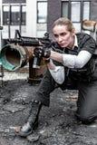Potężny kobiety mienia pistolet Wojenny akcja filmu styl Obrazy Royalty Free