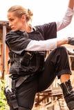Potężny kobiety mienia pistolet Wojenny akcja filmu styl Fotografia Stock