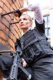 Potężny kobiety mienia pistolet Wojenny akcja filmu styl Zdjęcie Royalty Free