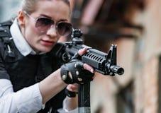 Potężny kobiety mienia pistolet Wojenny akcja filmu styl Obrazy Stock