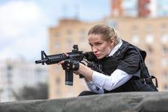 Potężny kobiety mienia pistolet Wojenny akcja filmu styl Zdjęcie Stock