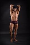 Potężny męski bodybuilder pokazuje jego silnych mięśnie Obrazy Royalty Free