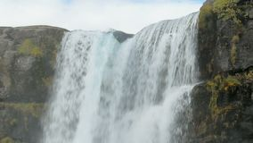 Potężny strumień rzeka spada od bazaltowych skał, zakończenie wierzchołek siklawa zbiory wideo