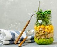 Pot à emporter sain de déjeuner avec le guacamole, maïs, tofu, haricots, arugula Photos libres de droits