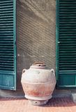 Pot antique d'argile se tenant prêt le mur d'une vieille maison en Italie image libre de droits
