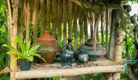 Pot antique de poterie pour l'eau potable en Thaïlande du nord Images libres de droits