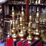 POT arabi tradizionali del caffè nel Qatar immagini stock