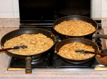 Pot avec beaucoup de FRICO, plat de cuisine de Friulan de l'Italie photographie stock libre de droits