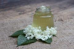 Pot avec des fleurs de miel et d'aîné Image stock