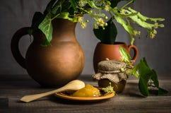 Pot avec du miel blanc sur la table, nclose-up images stock