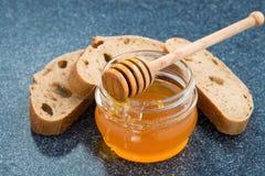 Pot avec du miel et le pain Photographie stock libre de droits
