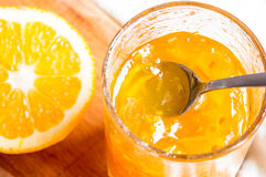 Pot avec la confiture d'oranges photo stock