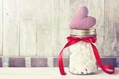 Pot avec la guimauve et le coeur rouge de peluche Amour, bonbon ou Valenti Images stock