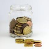 Pot avec le petit changement d'argent Image stock