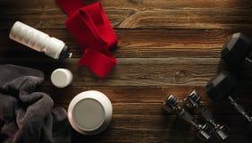 Pot blanc de serviette de protéine de secousse de bouteille de plat gris d'haltère avec le wh Photo stock