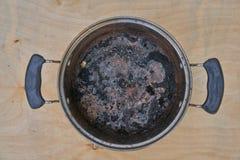 Pot brûlant sur le fond en bois de table Photo libre de droits