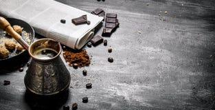 Pot brassé de café avec le journal frais et le chocolat amer Photos stock
