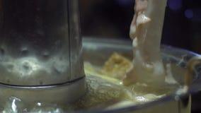 Pot chaud chinois de style traditionnel de Pékin avec un pot en laiton en forme d'anneau banque de vidéos