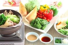 Pot chaud de beauté de ressort avec des pousses de bambou, champignon, brocoli, ch images libres de droits