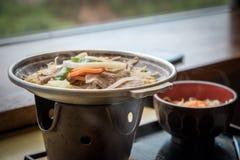 Pot chaud japonais avec du porc et beaucoup végétaux photos libres de droits