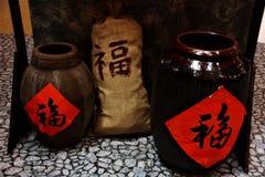 Pot classique chinois de vin de riz pendant la nouvelle année chinoise images libres de droits
