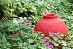 Pot coloré décoré dans un jardin images stock
