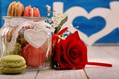 Pot complètement de macarons pour le jour de valentines Photos stock