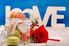 Pot complètement de macarons pour le jour de valentines Photos libres de droits