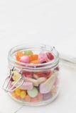 Pot complètement de sucreries colorées Photos libres de droits