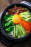 Pot cuit à la vapeur de riz avec des légumes et le style de la Corée d'eeg Photographie stock
