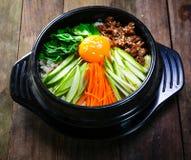 Pot cuit à la vapeur de riz avec des légumes et le style de la Corée d'eeg Photos libres de droits